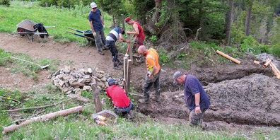 Der Pendla Trail wird entwässert und mit einem Kippstangen-Durchgang versehen.