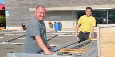 Peter Bürgi (links) und Philipp Müller vom Chilbi-OK packten gestern Abend beim Aufbau der Festzelte auf dem Maihofareal mit an.
