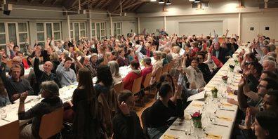 In der Rheinauhalle und im Rheinausaal könnten unter Einhaltung des Schutzkonzeptes 350 Stimmberechtigte empfangen werden. (Symbolbild)
