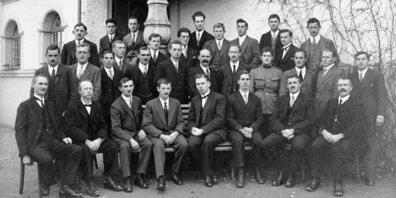 Männerchor Ottikon vor dem Schulhaus Strick, 1930er-Jahre.