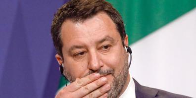 ARCHIV - Der frühere italienische Innenminister Matteo Salvini nimmt an einer Pressekonferenz teil. Der Prozess Salvini wegen der Blockade eines Seenotretterschiffes ist eröffnet und wie erwartet direkt auf den 23. Oktober vertagt worden. Foto: La...