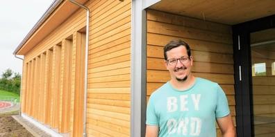 Vor dem Eingang zur neuen Schwinghalle auf der Rüti in Henau: Reto Büsser, Präsident des Schwingclubs Uzwil, freut sich über das gelungene Werk.