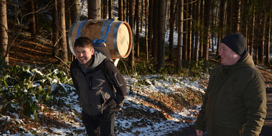 Urs Steiner buckelte das Fass auf einem Tragräff in den Stollen. (Bilder: Paul Diethelm)