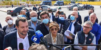 Matteo Salvini (vorne, l), ehemaliger Innenminister von Italien, spricht vor einem Gericht zu Journalisten. Im Prozess gegen Matteo Salvini wegen der Blockade des Rettungsschiffes «Open Arms» 2019 hat das Gericht Regierungsmitglieder und Hollywood...
