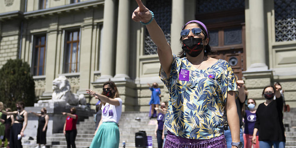 """Etwa 50 Aktivisten des """"Feministischen Streiks"""" versammelten sich am Samstag in Lausanne."""