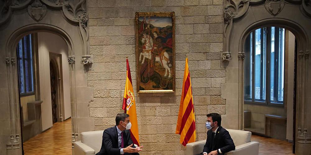 Pedro Sanchez (l), Ministerpräsident von Spanien, und Pere Aragones, Regierungschef von Katalonien, treffen sich im Palau de la Generalitat, Sitz der katalanischen Regierung. Nach eineinhalbjähriger Unterbrechung wurden die Gespräche zwischen Span...