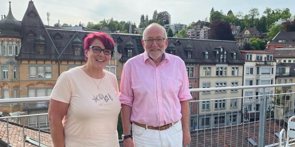 Luzius Schmid (r.) übergibt das Präsidium des Schweizerischen Roten Kreuzes Kanton St.Gallen an Ursula Forrer.