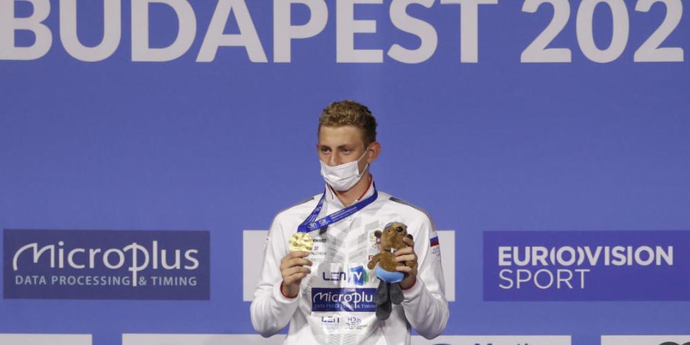 Ilja Borodin zeigt im Mai in Budapest seine über 400 m Lagen gewonnene EM-Goldmedaille