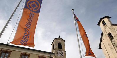 Bundespräsident Guy Parmelin wird vom Churer Bischof Bonnemain am Freitag im Kloster St. Johann im Bündner Münstertal begrüsst. (Archivbild)