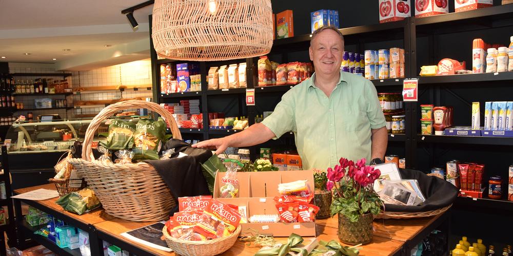 Das Alterszentrum am Etzel in Feusisberg hat die Verantwortung für den Dorfladen Jakob übernommen. Heimleiter Roger Muther präsentiert einen Teil der Köstlichkeiten im Dorfladen und zieht Bilanz.