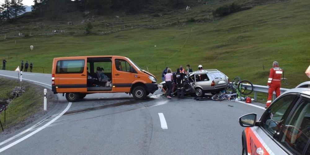 Der schwerverletzte Lenker des Personenwagens musste mit Brechwerkzeug befreit werden.