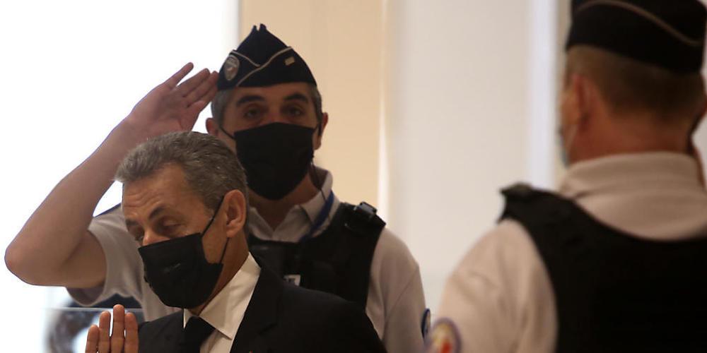 Nicolas Sarkozy (M), ehemaliger Präsident von Frankreich, kommt in einem Pariser Gerichtsgebäude an. Foto: Rafael Yaghobzadeh/AP/dpa