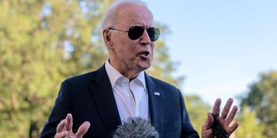 Joe Biden, Präsident der USA, hält an, um mit Medienvertretern zu sprechen, als er am Sonntag nach seiner Rückkehr von einem Wochenende in Camp David im Weißen Haus in Washington eintrifft. Biden hat in einer ersten Reaktion auf die deutschen Wahl...