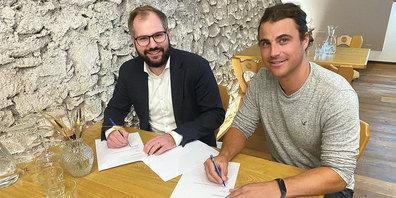 Severin Geisseler (ehemaliger Präsident Regionalpartei CVP Landquart, links) und Martin Tanner (ehemaliger Präsident BDP Herrschaft) bei der Unterschrift des Fusionsvertrages.