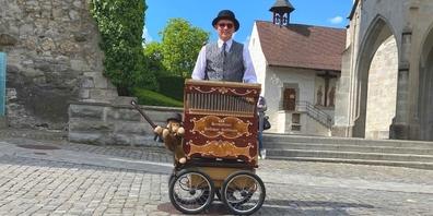 Der Schmerkner Werner Roggenkemper und seine Drehorgel des Modells Hofbauer 37 in Rapperswil.
