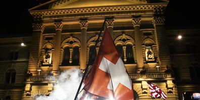 Randale wie am 16. September vor dem Bundeshaus will die Stadt Bern keine mehr. Sie will unbewilligte Kundgebungen am Donnerstagabend von der Polizei auflösen lassenn. (Archivbild)