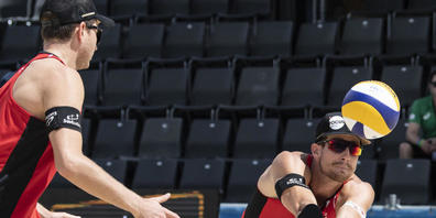 Gegen das katarische Weltklasse-Duo zu oft in Bedrängnis: die Schweizer Beachvolleyballer Mirco Gerson (li.) und Adrian Heidrich