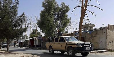 Afghanische Sicherheitskräfte patrouillieren in einem Fahrzeug während der Kämpfe zwischen Taliban und afghanischen Sicherheitskräften in der südafghanischen Provinz Helmand. Die Gefechte um die südafghanische Provinzhauptstadt Laschkargah fordern...