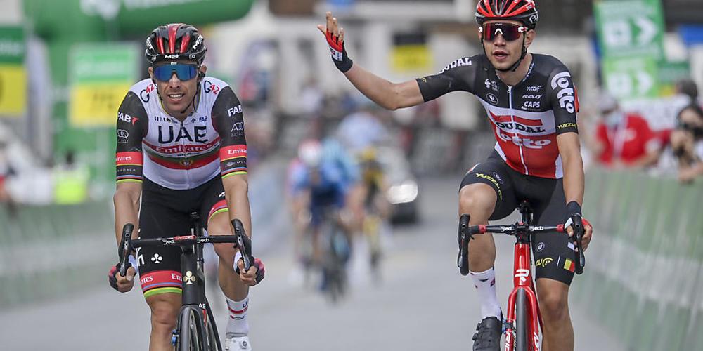 Rui Costa (links) überquerte die Ziellinie in Sedrun zwar vor Andreas Kron, doch weil der Portugiese die direkte Linie verlassen hatte, wurde der Däne als Sieger ausgerufen