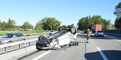 Die Lenkerin konnte mit ihren beiden Kindern unverletzt aus dem Auto klettern, das nach einer Kollision auf dem Dach gelandet war.