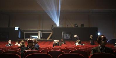 """Blick ins Theater-Provisorium """"UM!BAU"""" neben der Tonhalle in St. Gallen. Hier dürfen derzeit 100 Zuschauer die Vorführungen geniessen"""
