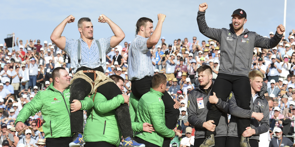 Samuel Giger, Damian Ott und Fabian Staudenmann bejubeln ihren Triumph am Kilchberger.