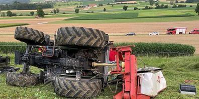 Ein 47-jähriger Landwirt wurde am Montagabend von einem umgestürzten Traktor eingeklemmt und verletzte sich dabei schwer.