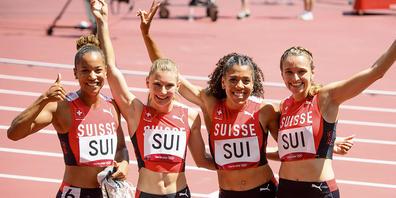 Die Schweizer 4x100-m-Staffel (Salomé Kora, Ajla Del Ponte, Mujinga Kambundji und Riccarda Dietsche) freut sich über den Schweizer Rekord