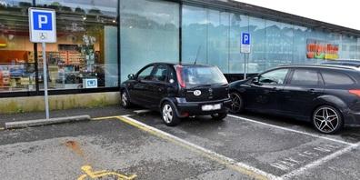 Am Auto entstanden mehrere hundert Franken Sachschaden, der Schaden an der Glasfassade kann noch nicht beziffert werden.