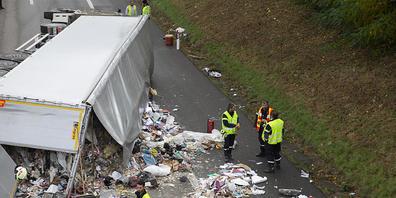 Nach einem Unfall bei Nyon VD lag Abfall auf der A1. Die Aufräumarbeiten waren aufwändig.