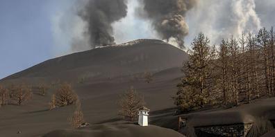 dpatopbilder - Ein Haus ist mit der Asche des Vulkans in Las Manchas auf der Kanareninsel La Palma bedeckt. Foto: Saul Santos/AP/dpa