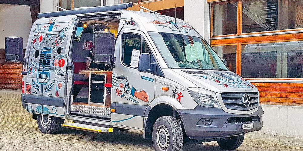 Im Dezember steht der Radiobus eine Woche lang in Fideris.