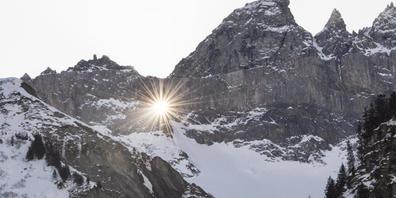 Das Martinsloch ob Elm (GL), durch das zwei Mal im Jahr die Sonne dringt, hat einem seltenen Moos den Namen gegeben (Archivbild).