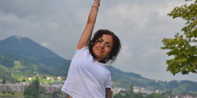 Jasmin Breuss bietet Yoga in den Seeanlagen in Lachen an.