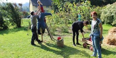 Gartentherapeutin Ursi Hüther (rechts im Bild) erstellt mit Kindern und Eltern einen Wächter für den Garten.