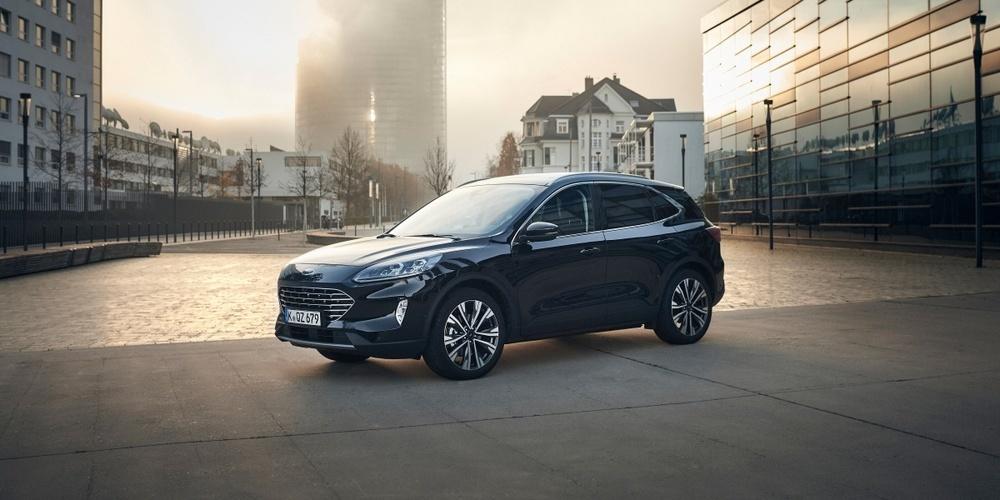 Der neuer selbstladende Voll-Hybrid wechselt vollautomatisch und komfortabel zwischen kombiniertem BenzinElektro-Antrieb und rein elektrischem Fahren auf Kurzstrecken.