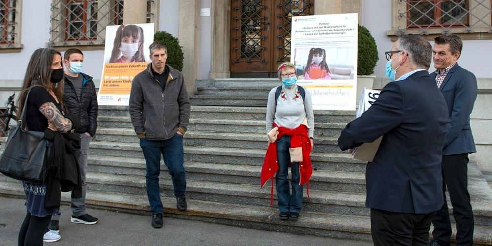 Foto von der Übergabe; Dokumentation der Petition.