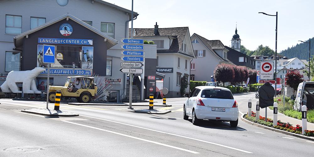 Die Ein- und Durchfahrten ins Dorf Schindellegi sind wieder uneingeschränkt möglich. Die abgedeckten Tafeln (rechts) kommen bald weg.