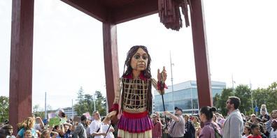 Die übergrosse Marionette Amal, ein Symbol für unbegleitete minderjährige Flüchtlinge, auf der Place des Nations in Genf.