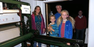 Diese Familie nutzte die «Lange Nacht der Museen» für einen Besuch in der Handstickerein in Balgach