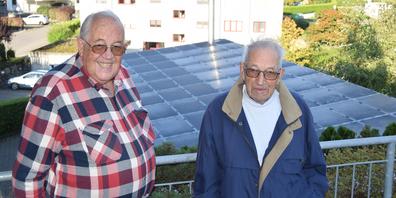 Pater Bernhard Gischig von der Kongregation Missionare der Heiligen Familie (MSF) freut sich über die Spende von Heinz Fleischmann (r.).