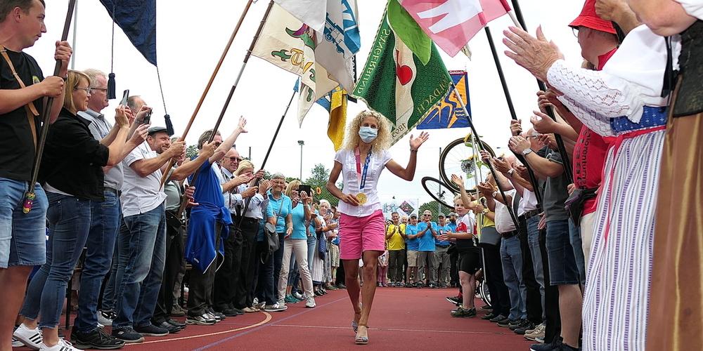 Alle Vereinsfahnen und viele Kolleginnen und Kollegen standen für die Olympiasiegerin Spalier