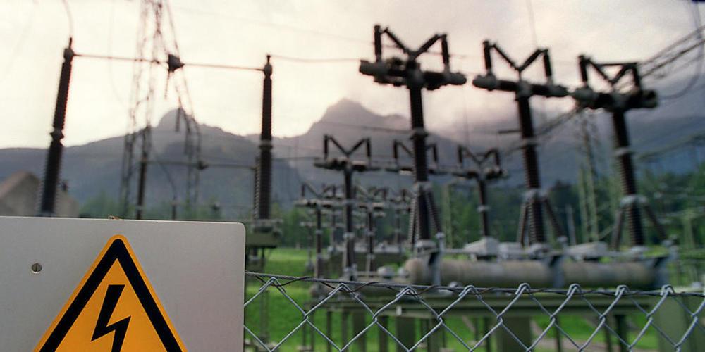 Hunderte von Stromkunden von Repower sind am Samstagabend in der Surselva und im Prättigau kurzzeitig ohne Strom gewesen. Ein Gewitter verursachte u.a. eine Kurzschluss bei einer Trafostation. (Symbolbild)