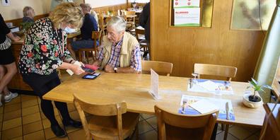 Nicht alle Ausserschwyzer Restaurants, Cafés und Bars kontrollieren das Zertifikat ihrer Gäste.