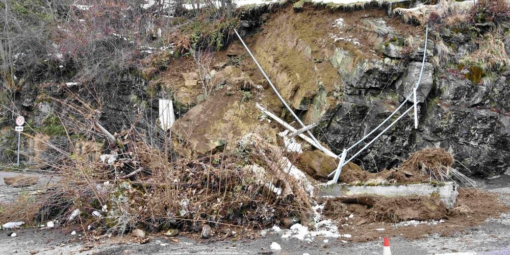 Die Feuerwehr sowie Geologen und Experten vom Strasseninspektorat sind vor Ort. (Symbolbild)