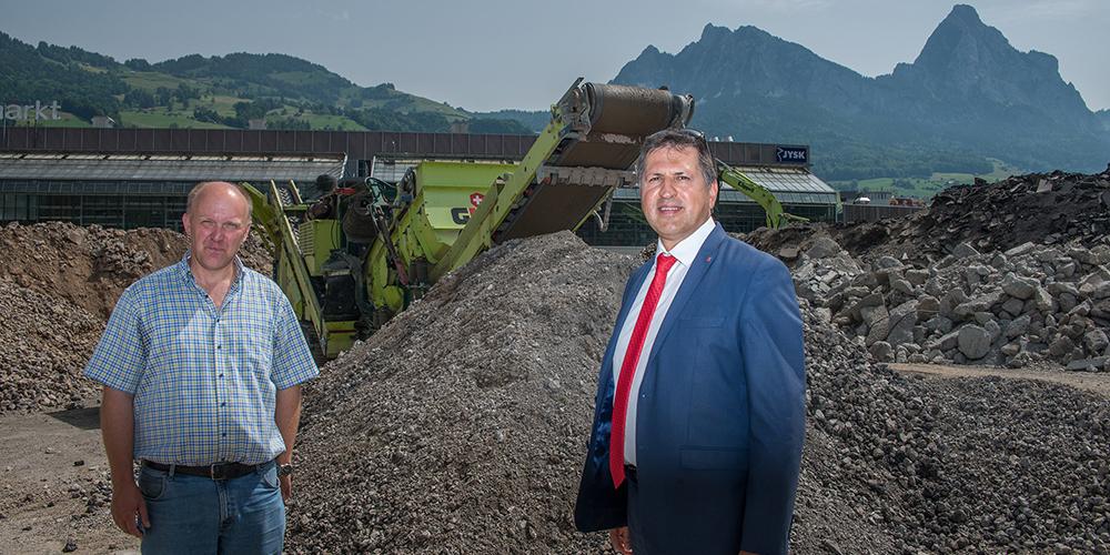 Lukas Käppeli, Geschäftsführer der Käppeli Strassen- und Tiefbau AG Schwyz (links) und Regierungsrat Sandro Patierno anlässlich einer Besichtigung der Aufbereitungsanlage in Seewen.