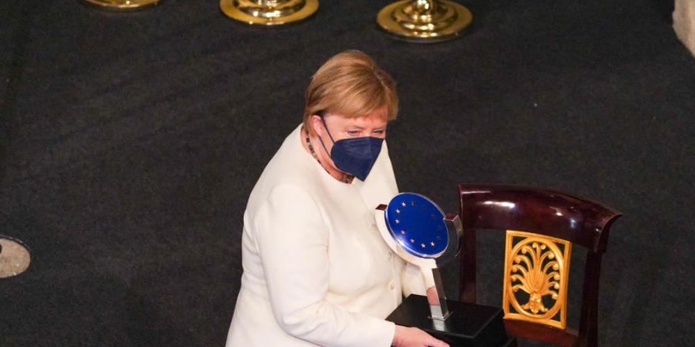 Bundeskanzlerin Angela Merkel (CDU) hält den Europapreis Karl V. Bundeskanzlerin Angela Merkel ist von Spaniens König mit dem diesjährigen Europapreis Karl V. ausgezeichnet worden. Foto: Manuel Ángel Laya/EUROPA PRESS/dpa
