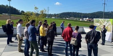 Raffele Landi, Projektmanager WILWEST seitens Kanton Thurgau, erläutert den Teilnehmenden der Schweizerischen Bausekretärenkonferenz auf der Terrasse der Autowelt Von Rotz das Projekt.