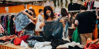 Neben Kleidern gibt's auch Accessoires wie Ledertaschen, Gürtel oder Seidentücher.