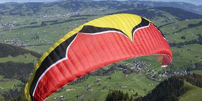 Ein Gleitschirmflieger vor dem Start unterhalb der Ebenalp. (Archivbild)